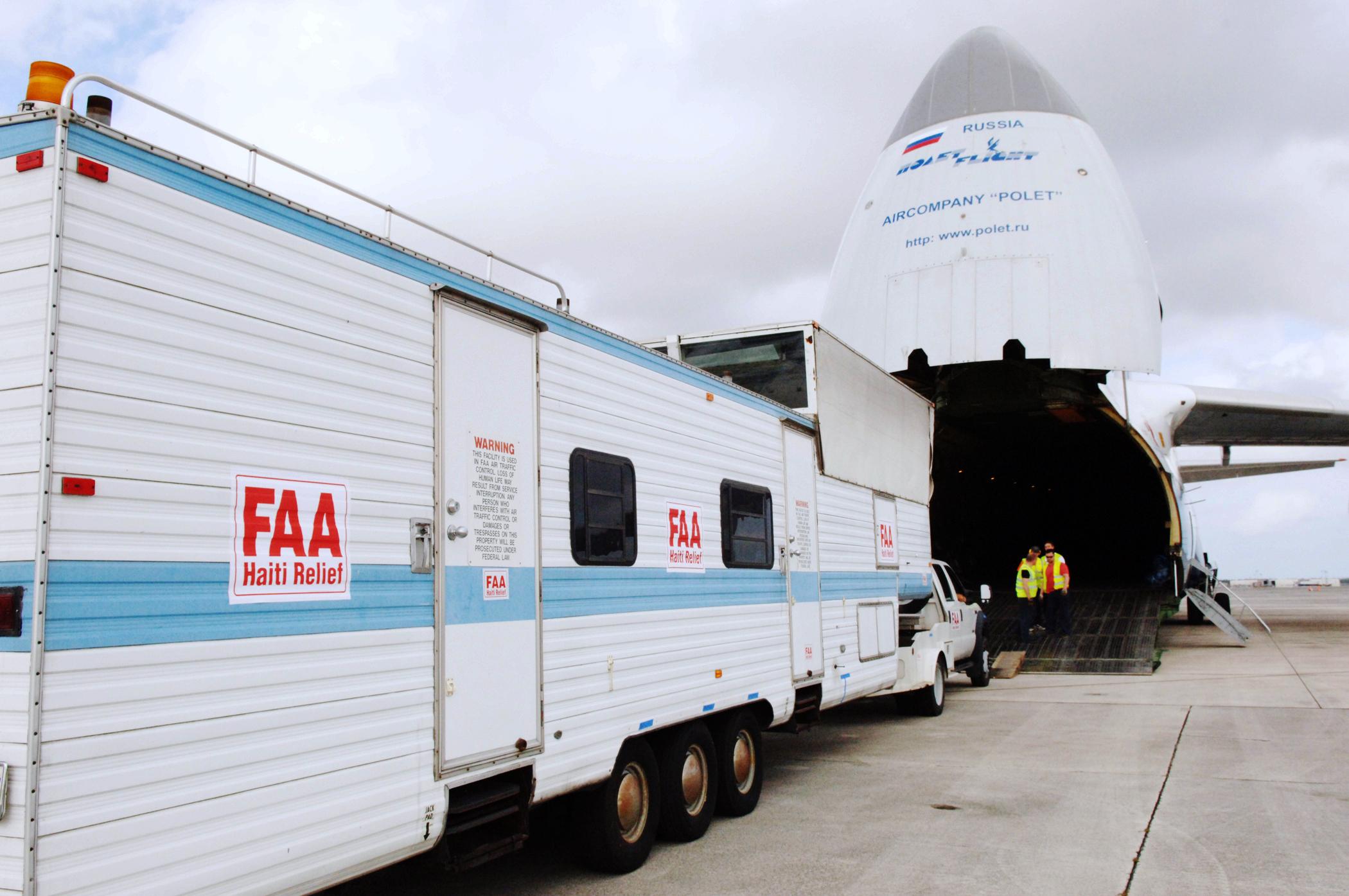 Xếp hàng lên máy bay vận chuyển đi Nga