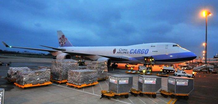 Xếp hàng lên máy bay vận chuyển đi Trung Quốc
