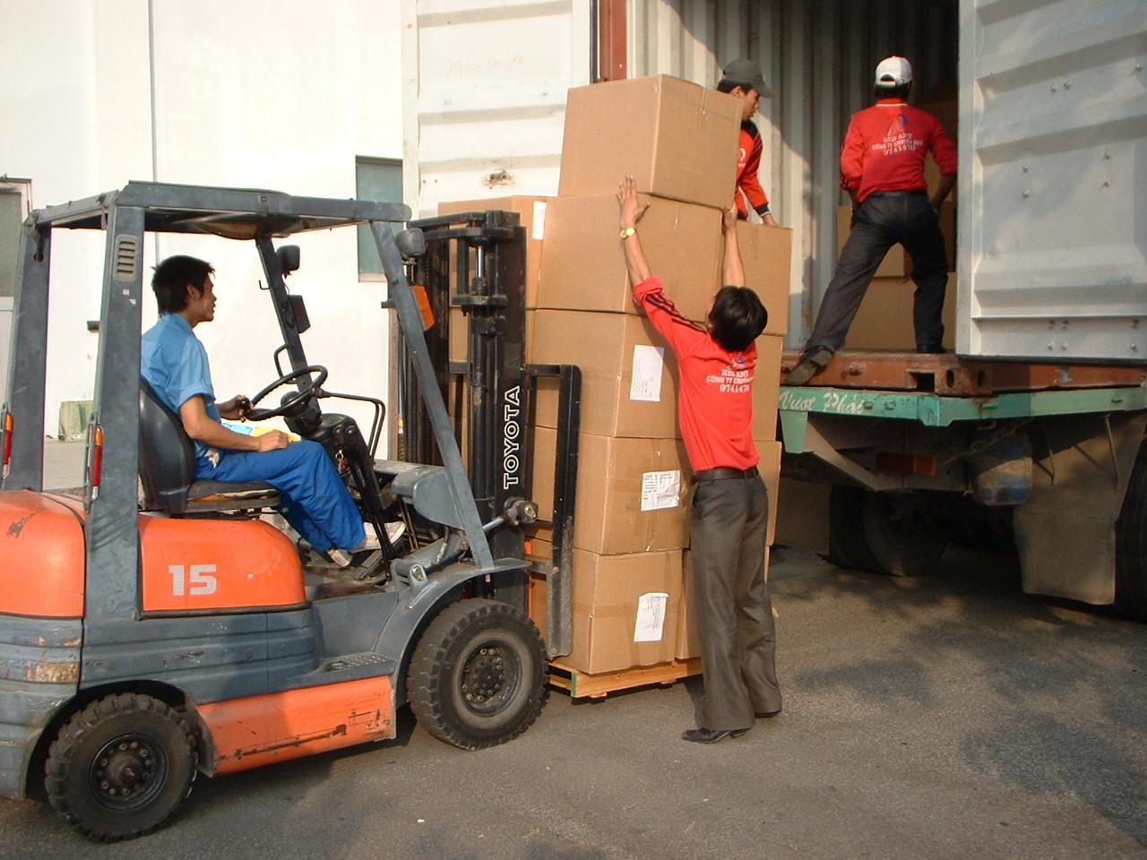 ViettelCargo tổ chức xếp dỡ hàng dệt may xuất sang Campuchia