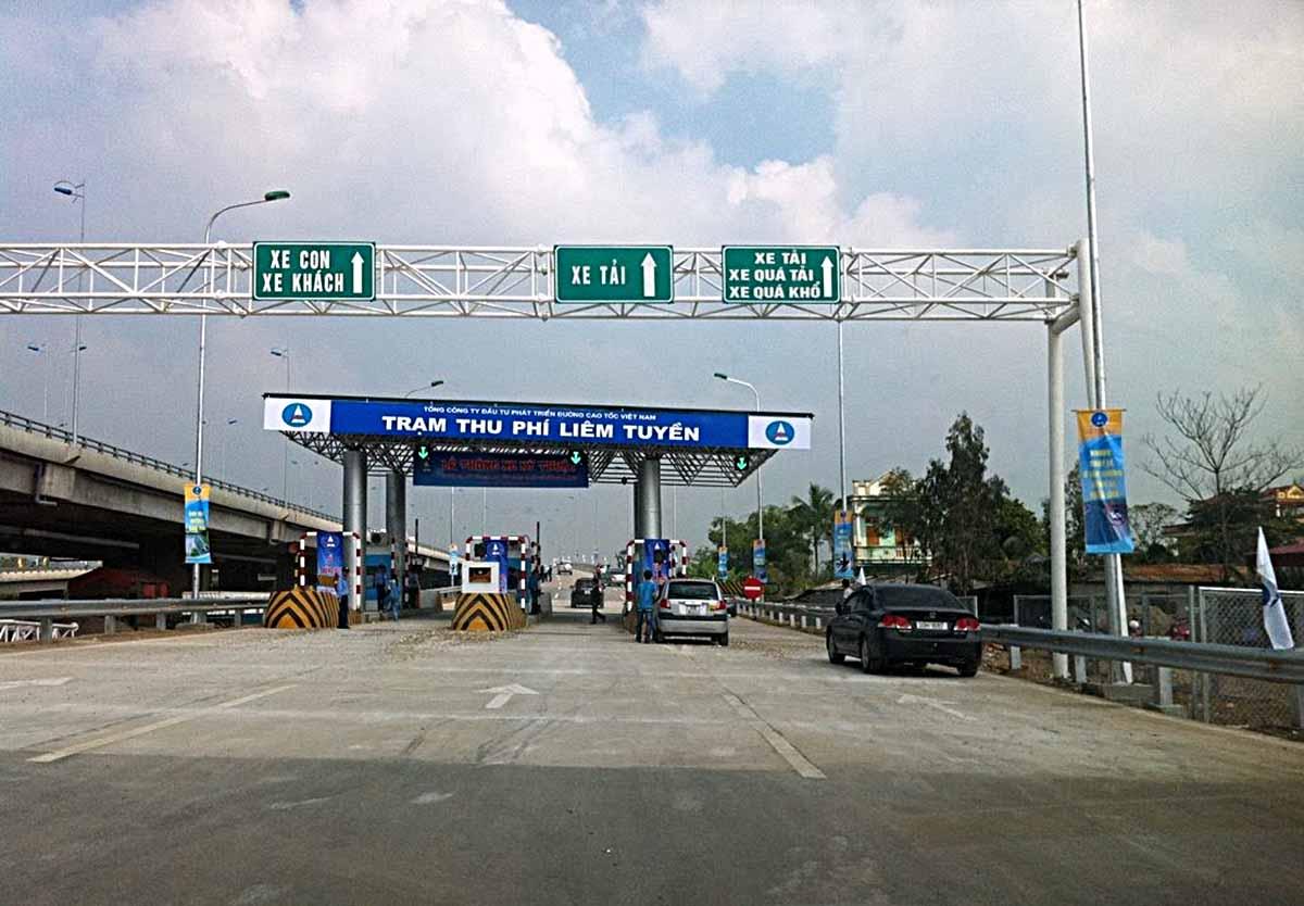 Đoàn xe vận chuyển đường bộ đi Trung Quốc trên cao tốc Hà Nội-Lào Cai