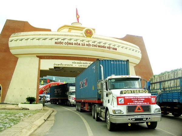 Đoàn xe chuyên chở của ViettelCargo qua cửa khẩu Lao Bảo