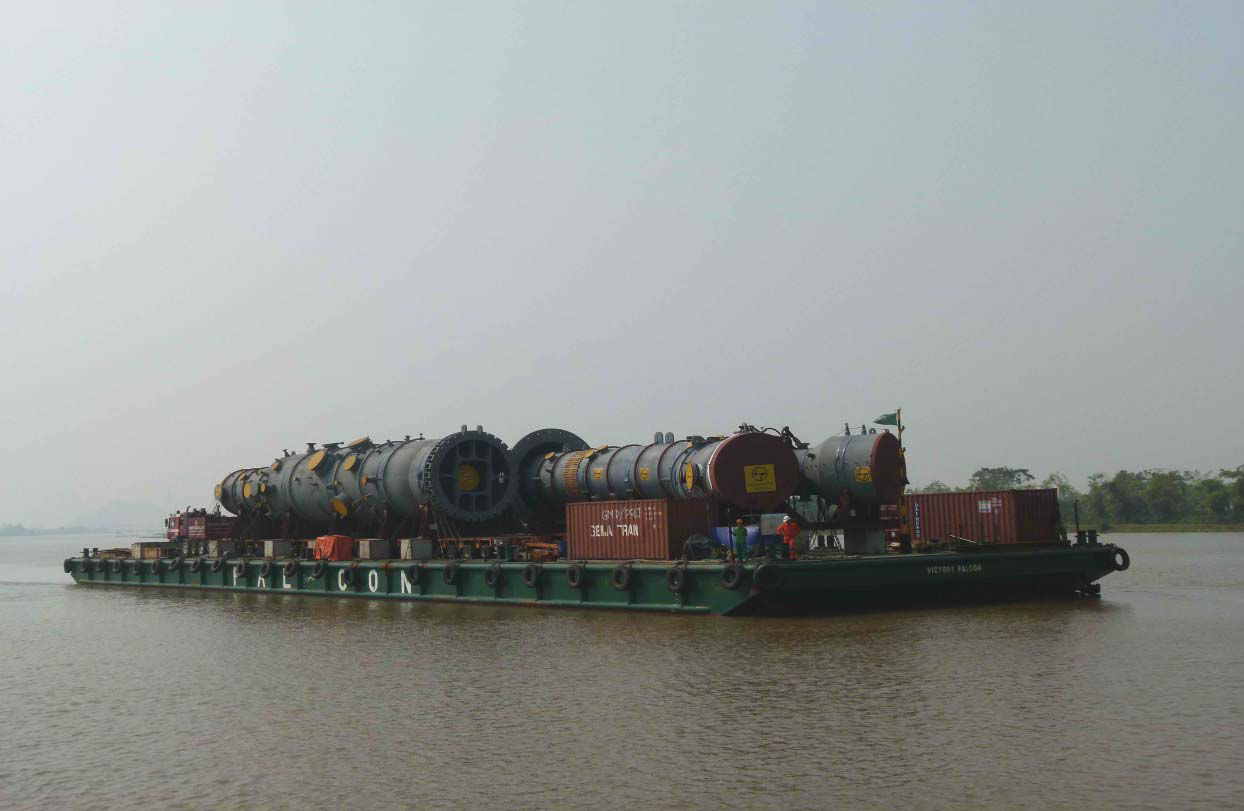 ViettelCargo tổ chức vận chuyển hàng quá khổ quá tải sang Campuchia bằng sà lan