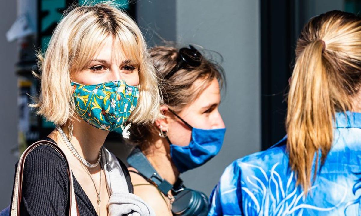 Người dân Canada đeo khẩu trang bảo vệ sức khỏe